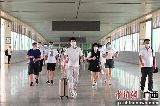 图为桂林北站旅客有序上站台乘车。李洪锐 摄
