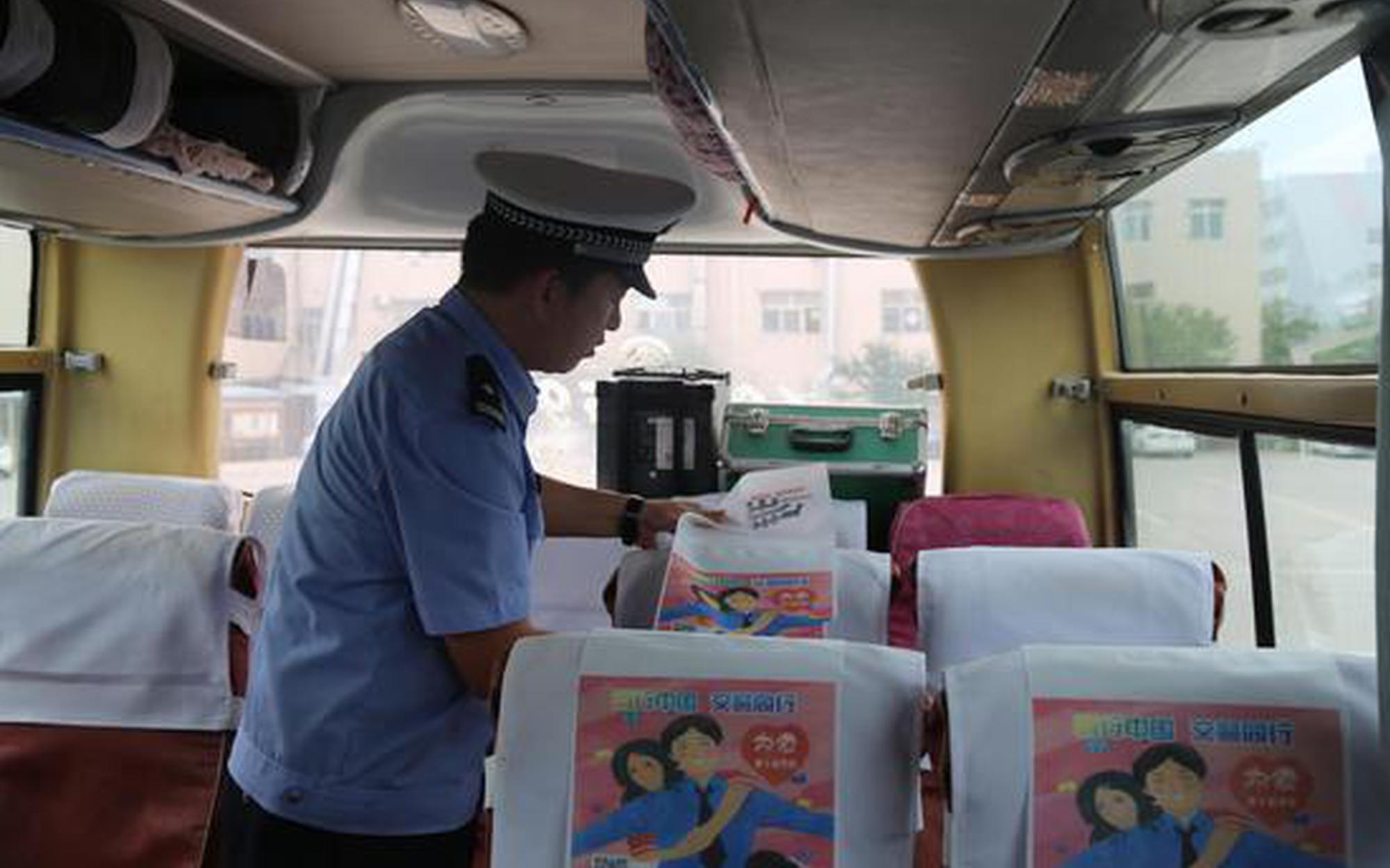 """宁夏交警为3000余辆大中型客车配送""""安全礼包"""""""
