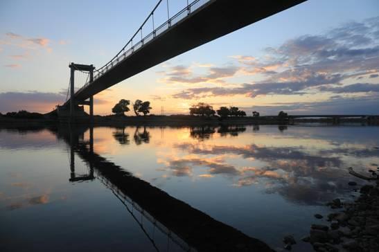 齐德哈仁大桥下的额尔齐斯河犹如一幅宽荧幕电影。(张旭茗摄)