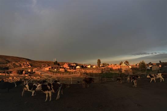 古朴的克勒迭能原生态村。(张旭茗摄)