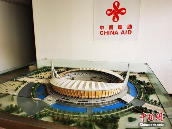 """中国政府援柬体育场项目9月完成交接。中新社记者日前探访位于金边的柬埔寨国家体育场。该项目由中国政府援建,中国中元国际工程有限公司设计,中国建筑股份有限公司施工。图为体育场模型。体育场如一艘巨轮扬起风帆,成为中柬""""友谊之船""""、两国民心相通的形象地标。 中新社记者  欧阳开宇 摄"""