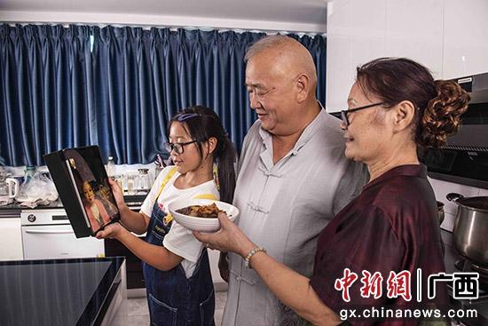 """桂林米粉非遗传承人制作米粉""""云端""""与海外女儿共迎中秋"""