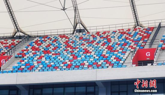 中国政府援柬体育场项目9月完成交接。中新社记者日前探访位于金边的柬埔寨国家体育场。图为观众看台,据介绍,看台座位白色与蓝色象征大海,红色象征着活力。 中新社记者  欧阳开宇 摄