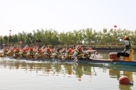 新疆兵团第一师七团举行龙舟竞技欢庆丰收