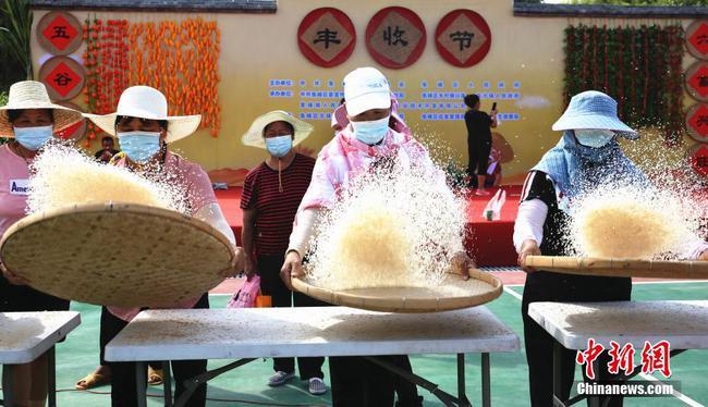 广西农民赛趣味农事 钳螺蛳捆豆角吸睛