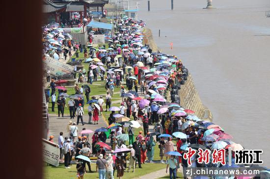 钱塘江畔大批游客在等候  周孙榆 摄