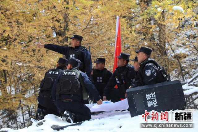 新疆阿勒泰出现首场降雪 雪后民警开展巡边踏查