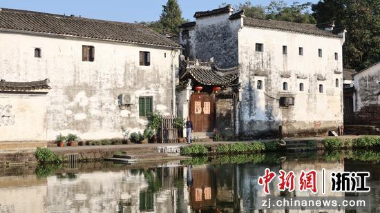 诸葛八卦村的钟池倒映着古建筑。  董易鑫 摄
