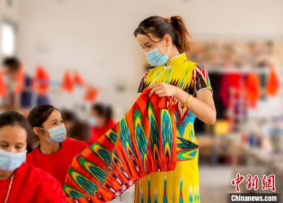 新疆洛浦县:传承艾德莱斯制作技艺 追求时尚生活