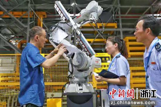 税务人员进企业。(图文无关)   浙江省税务局供图