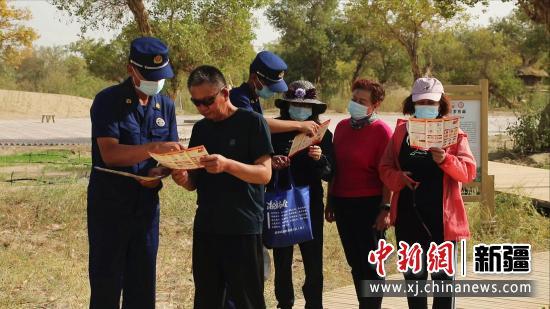 图为向游客讲解消防安全知识。