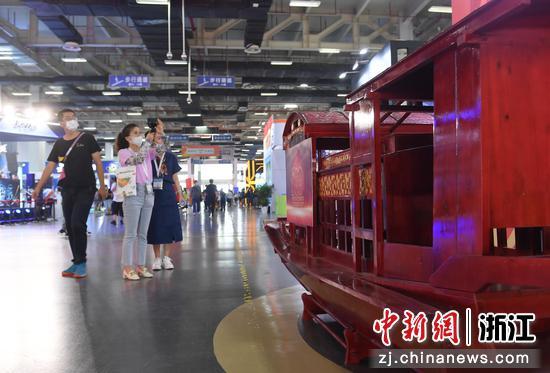 红船模型吸引参观者。  王刚 摄