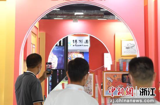 红色动漫作品展览吸引参观者。   王刚 摄