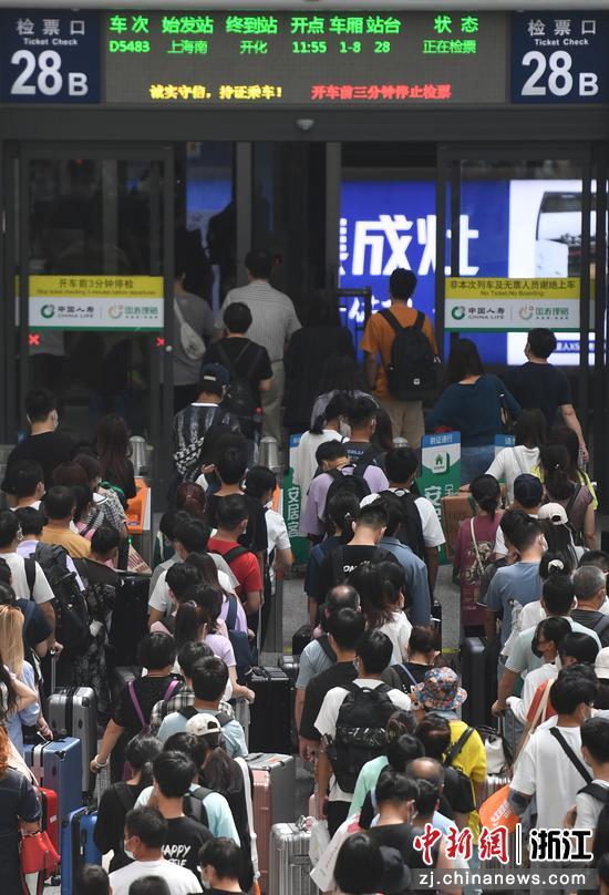 大量旅客在杭州东站检票进站。   王刚 摄