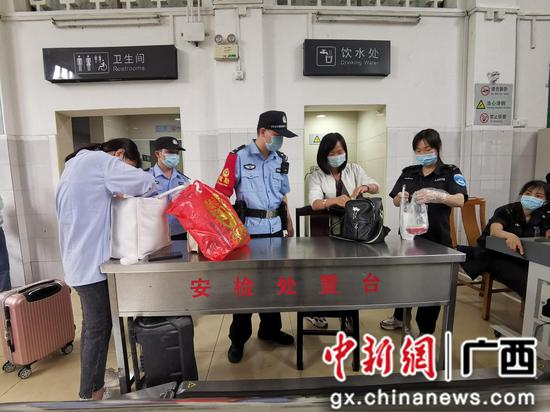 广西融水铁警加强巡逻排查隐患 护航旅客出行