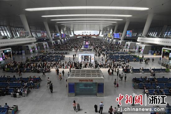 杭州东站候车厅内迎来大量旅客。  王刚 摄