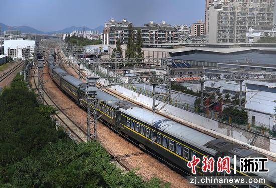 一列火车驶离杭州。  王刚 摄