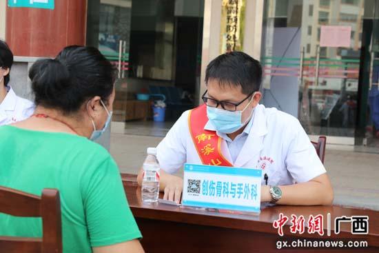 """""""大专家""""来到小县城 联合义诊送健康"""