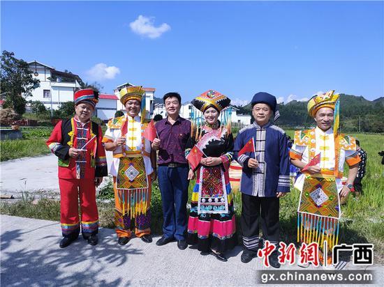 河池金城江:田园鼓声响 干部群众颂祖国