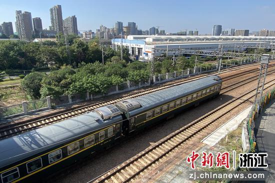 一列火车驶入杭州。  王刚 摄