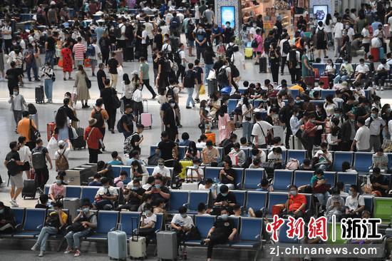 杭州东站候车大厅内旅客络绎不绝。  王刚 摄