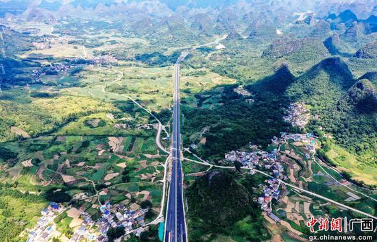 广西融安:新桂柳高速公路建设火热