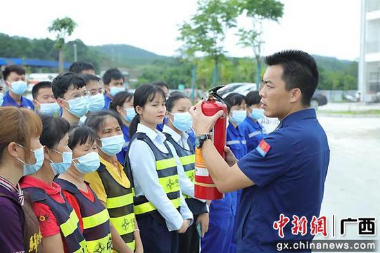 """广西一消防员被誉""""影子英雄:16年驻守消防救援报道一线"""