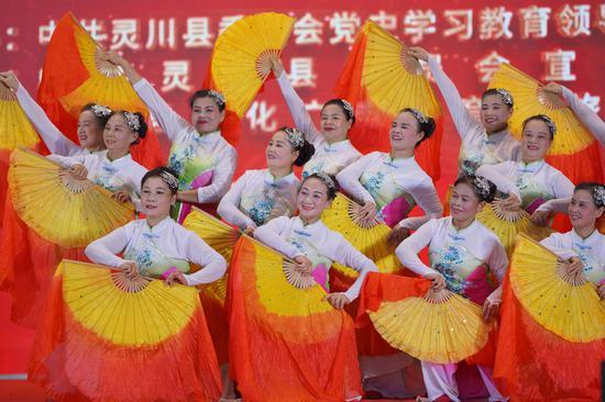 广西桂林灵川县民众载歌载舞迎国庆