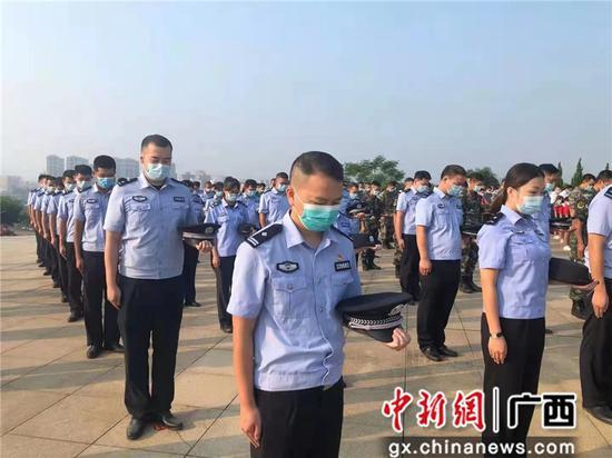 崇左龙州边境管理大队组织民辅警参加龙州县烈士纪念日活动