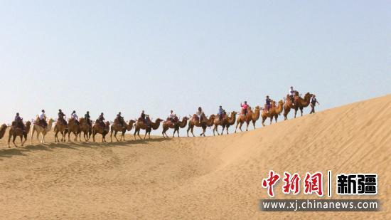 10月1日,游客在沙漠体验骆驼乘骑。汪志鹏摄