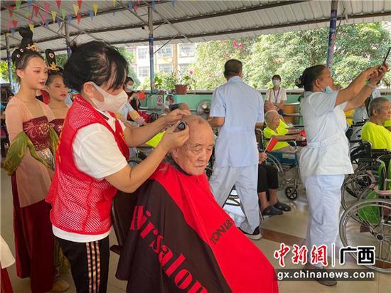 南宁爱心单位及志愿者开展关爱老人活动