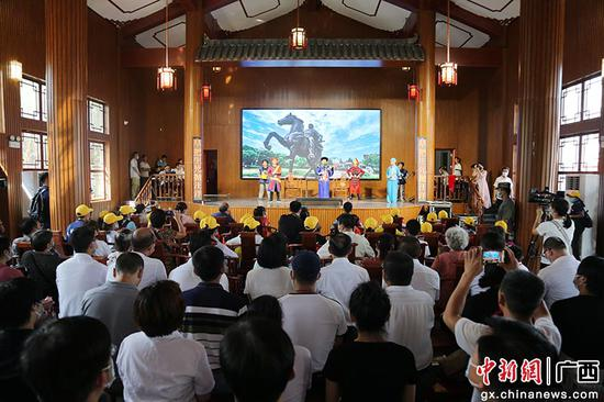 广西钦州粉刷百年老街 民众欢度国庆