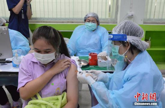 当地时间10月4日,泰国曼谷一名学生在当地一处接种点接种新冠疫苗。从当天开始,泰国政府大规模为12岁至18岁的学生接种新冠疫苗,以争取在11月开始的新学期能够恢复现场教学。 中新社发  琳达 摄