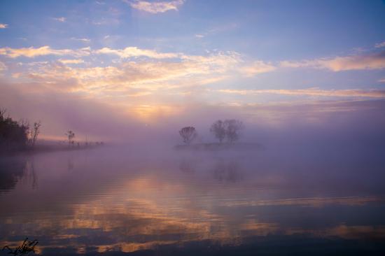 湖光水色被渲染得色彩斑斓。