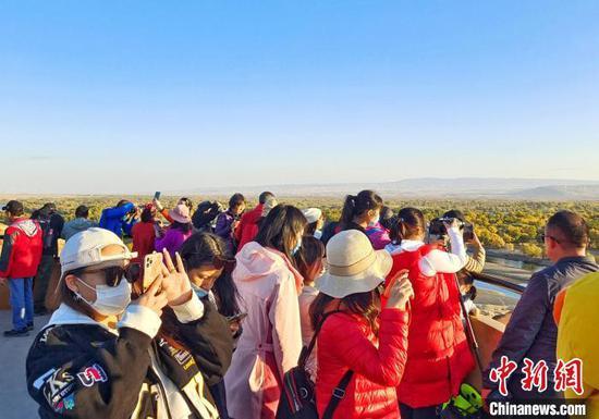 众多游客在观景台观景拍照。 史玉江 摄