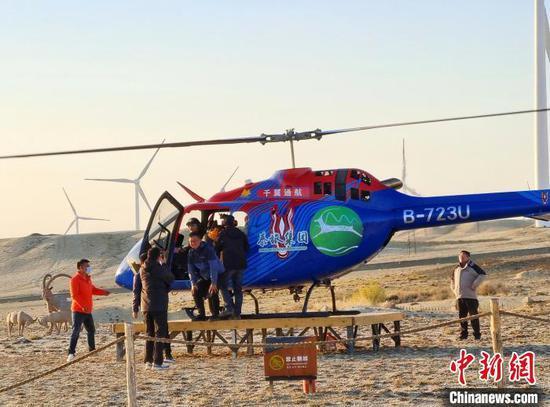 直升机一刻不停地为俯瞰观全景的游客服务。 史玉江 摄