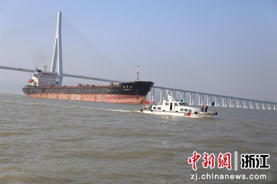 宁海海事处保障电煤船安全通过象山港公路大桥。  张鎏璐 摄