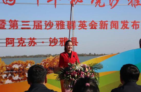 热娜古丽•热合曼介绍胡杨节活动。