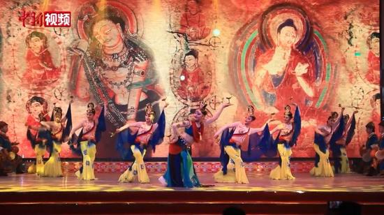 新疆和田夜市:民族歌舞吸引游客