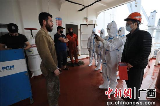 国庆假期广西边检警花守护国门平安