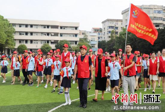 江滨小学党支部党员志愿服务队参与社区垃圾分类宣传活动。  谢巧萍 摄