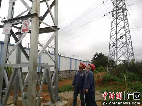 崇左扶绥供电局党员突击队风雨中开展供电线路特巡