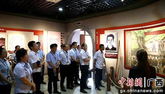 参观那恒革命史馆。邮储银行广西区分行 供图