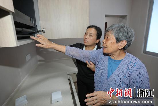 工作人员介绍养老设备  罗梦圆供图