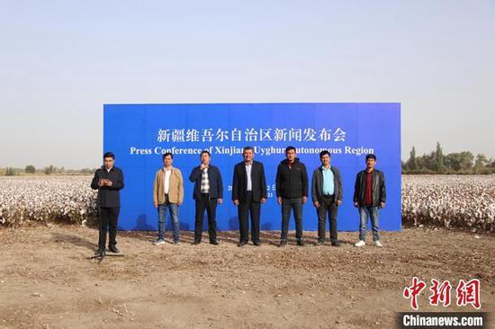 """特写:新疆棉田里的一场新闻发布会 棉农""""实话实说"""""""