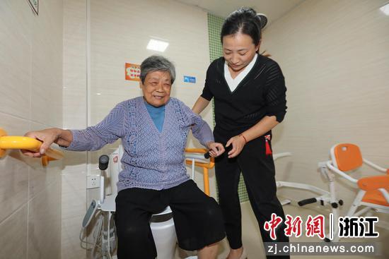 老人在助老适老化体验馆进行体验  罗梦圆供图