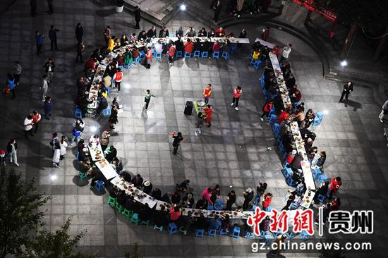 10月12日,在贵阳市南明区望城街道大正雨曦社区居委会举办的重阳节长桌宴上,老年人们正共享长桌宴。