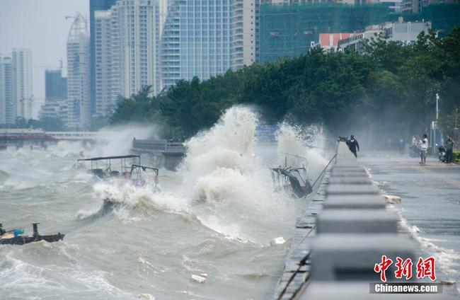 """受台风""""圆规""""影响 广西沿海掀起狂风巨浪"""