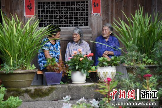 老人在河阳古民居交谈。 范宇斌 摄