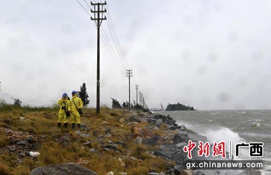 10月13日,广西北部湾海浪翻滚,钦州供电局党员服务队工作人员沿着钦州港海岸线巡视三墩线,查看设备、线路运行情况。马华斌 摄